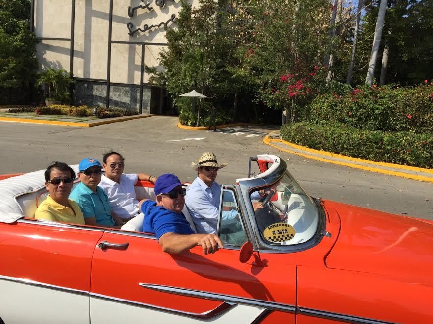 khách đi xe cổ ở Cuba