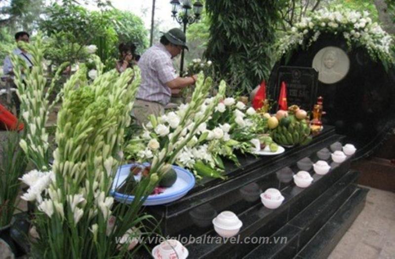 Bên mộ Chị Võ Thị Sáu