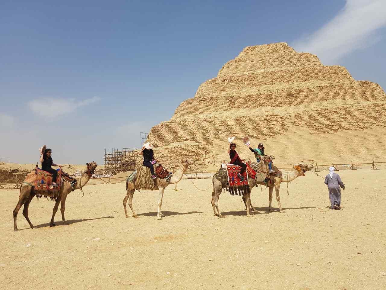 khách cưỡi lạc đà chụp ảnh cùng kim tự tháp