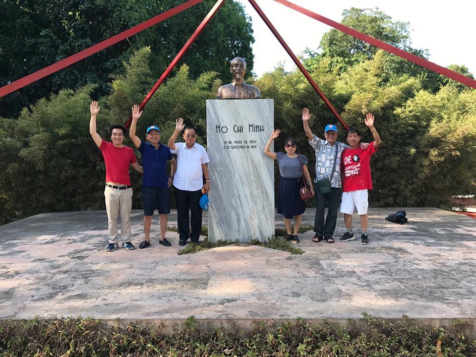 Đoàn khách Vietglobal travel thắm tượng đài Hồ Chí Minh tại Cuba