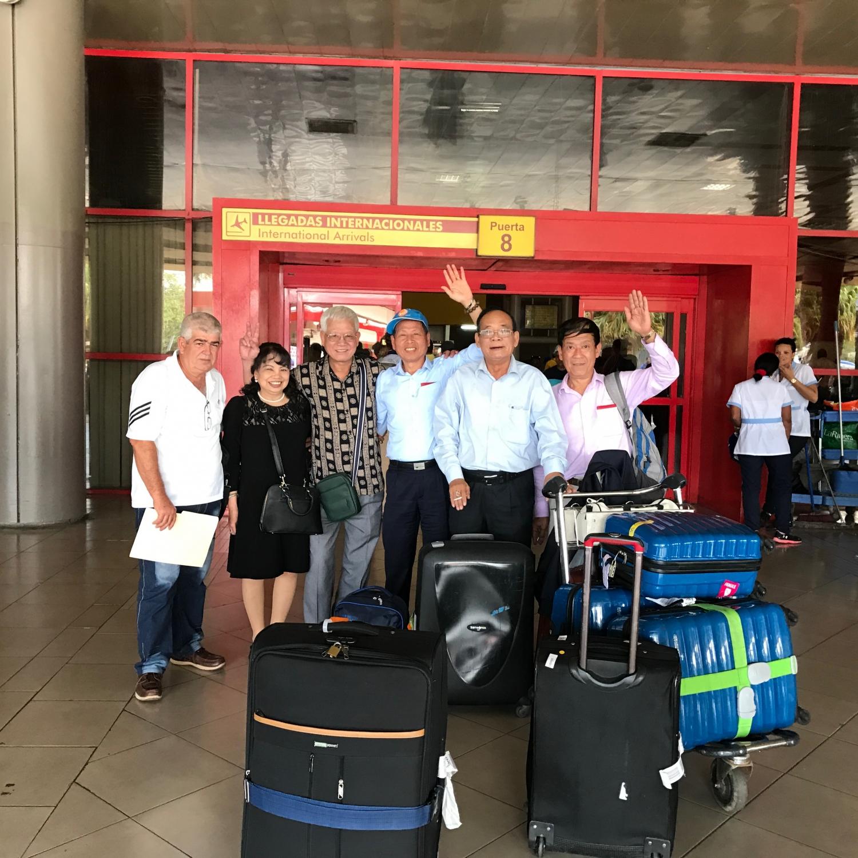 Đoàn khách Vietglobal travel đến sân bay tại Cuba