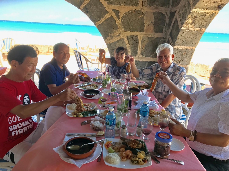 Khách Vietglobal travel dùng bữa tại bãi biển ở Cuba