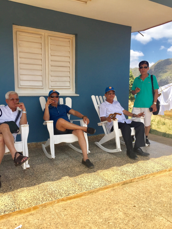 Khách hút xì gà ở Cuba