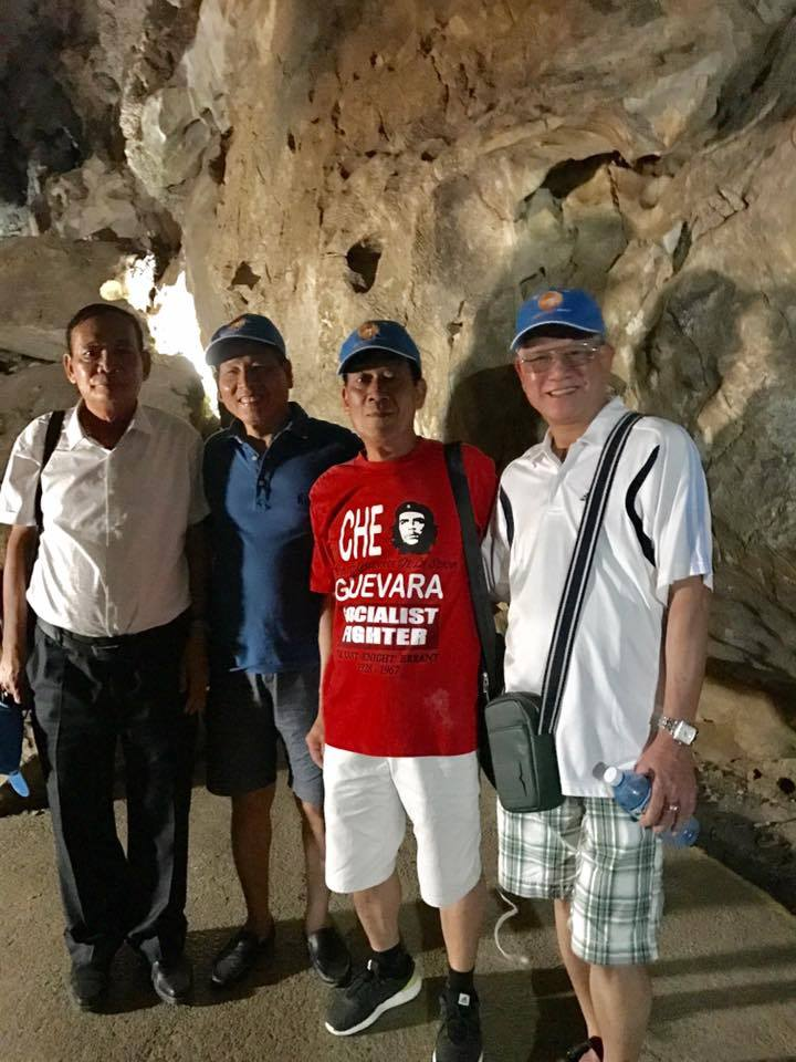 Khách Vietglobal travel trong hang động