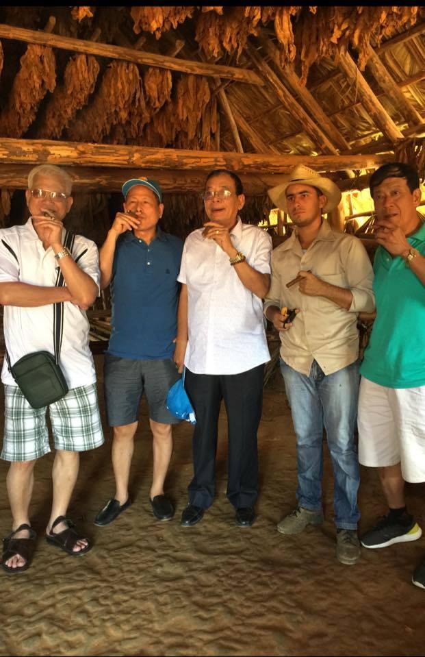 Khách Vietglobal thưởng thức xì gà tại Cuba