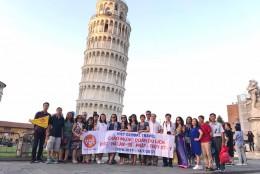 Ảnh đoàn Viet Global travel tại tháp nghiêng Pisa