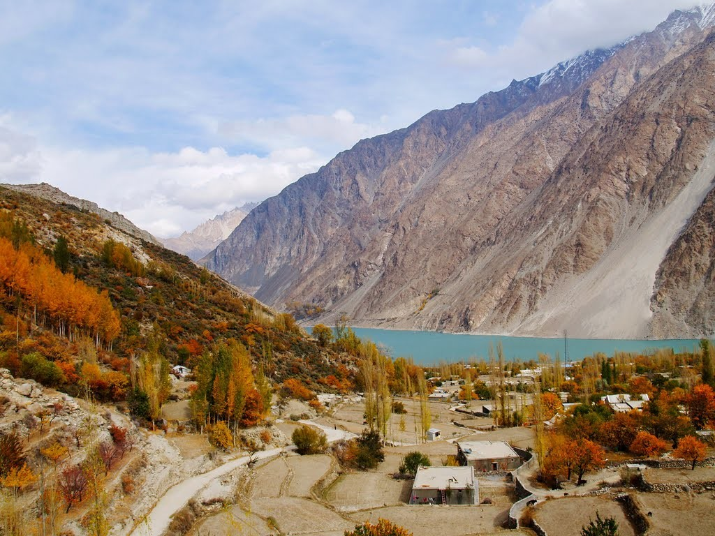 Autumn-Colours-of-Gulmit-with-Attabad-Lake-1024x768